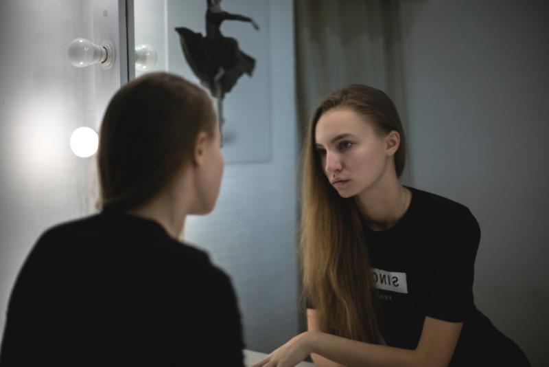 Beautiful-girl-mirror-211024